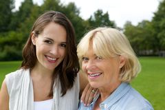 Mère et fille plus âgée souriant ensemble Photos stock