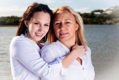 Mère et fille posant dans le soleil d'été Photos libres de droits