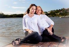 Mère et fille posant dans le soleil d'été Photos stock