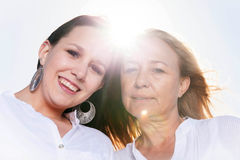 Mère et fille posant dans le soleil d'été Photo libre de droits