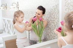 Mère et fille près de miroir Photos libres de droits