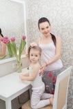 Mère et fille près de miroir Images libres de droits