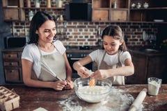 Mère et fille préparant la pâte pour des biscuits photo stock