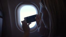 Mère et fille prenant des tirs dans l'avion clips vidéos