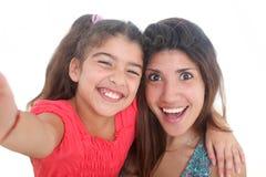 Mère et fille prenant l'autoportrait Photo stock