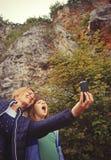 Mère et fille prenant le selfie Images stock