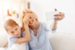 Mère et fille prenant le selfie photo stock