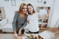 Mère et fille prenant Selfie dans la cuisine photographie stock libre de droits