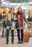 Mère et fille regardant l'écran d'infos, gare ferroviaire centrale d'Utrecht, Pays-Bas Photo libre de droits