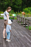 Mère et fille regardant le singe de buse Images libres de droits