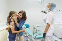 Mère et fille rendant visite au dentiste pédiatrique aux cliniques dentaires photos stock