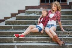 Mère et fille se reposant en parc d'été Photos stock