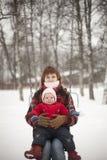 Mère et fille sur des oscillations Photographie stock