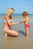 Mère et fille sur la plage Photographie stock libre de droits