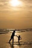 Mère et fille sur le coucher du soleil Image stock