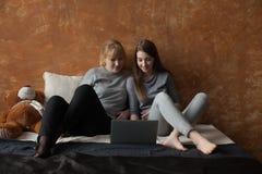 Mère et fille sur le lit Photo stock