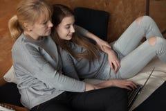 Mère et fille sur le lit Images stock
