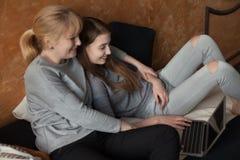 Mère et fille sur le lit Photographie stock libre de droits
