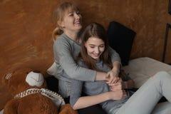 Mère et fille sur le lit Image libre de droits