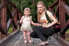 Mère et fille sur le pont Photo stock