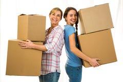 Mère et fille tenant des boîtes Photos stock