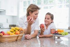 Mère et fille tenant des pommes Photos libres de droits