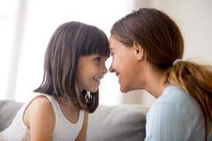 Mère et fille touchant avec des fronts regardant chaque othe images stock