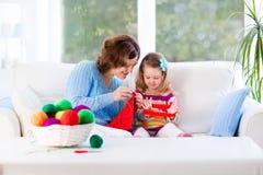 Mère et fille tricotant l'écharpe de laine Photo stock