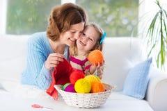 Mère et fille tricotant l'écharpe de laine Images libres de droits
