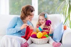 Mère et fille tricotant l'écharpe de laine Photographie stock