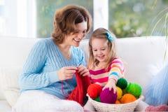 Mère et fille tricotant l'écharpe de laine Image stock