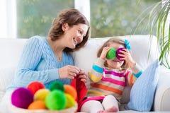 Mère et fille tricotant l'écharpe de laine Photos libres de droits
