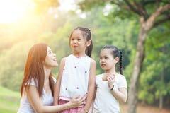 Mère et filles au parc d'extérieur Photo libre de droits