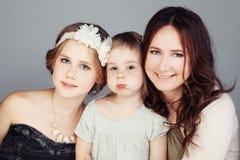 Mère et filles et x28 heureux ; 3 et 10 années et x29 ; Image stock