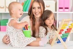 Mère et filles jouant à la maison Photos libres de droits