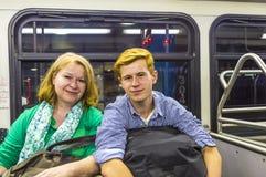 Mère et fils à l'autobus d'aéroport Image libre de droits