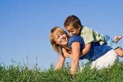 Mère et fils à l'extérieur photo libre de droits