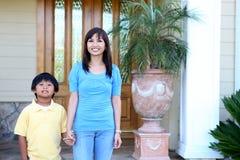 Mère et fils à la maison Photographie stock