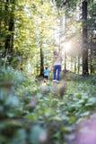 Mère et fils appréciant en nature Photos stock