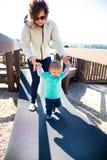 Mère et fils au parc Images stock