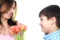 Mère et fils avec des fleurs Image libre de droits