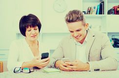 Mère et fils avec des smartphones Photos libres de droits