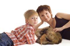 Mère et fils avec le chat et le chaton Photos libres de droits
