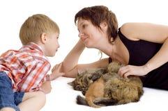Mère et fils avec le chat et le chaton Photo libre de droits
