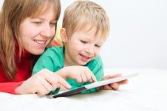 Mère et fils avec le pavé tactile à la maison Photos libres de droits