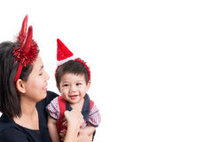 Mère et fils avec Noël de bandeau sur le fond blanc Images libres de droits