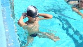 Mère et fils ayant l'amusement dans la piscine Photo stock