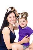 Mère et fils ayant l'amusement jouant avec des chatons Photographie stock libre de droits