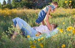 Mère et fils caressant en soleil de fin de l'après-midi Images stock