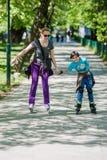 Mère et fils conduisant les patins intégrés Image libre de droits